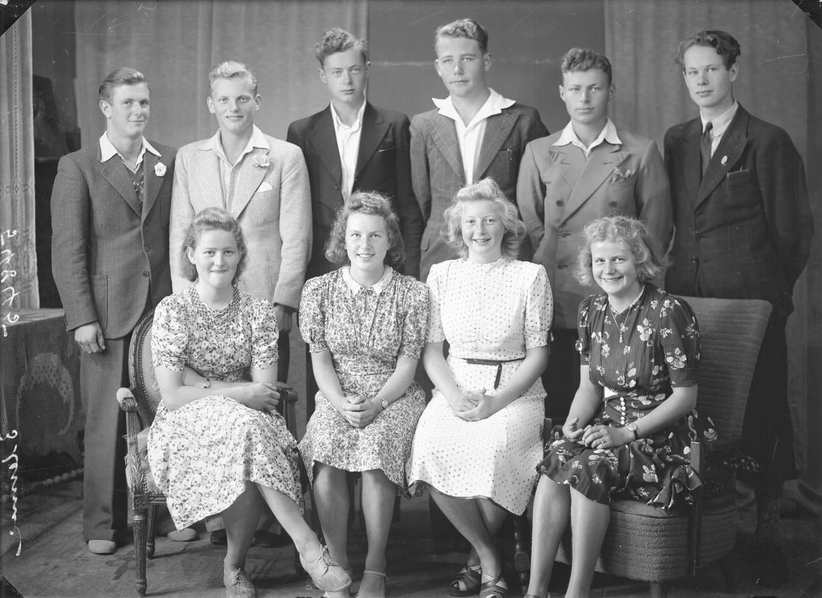 Portrett.  Gruppe på ti. Seks unge menn i dress. Fire unge kvinner i kortermede sommerkjoler. Bestilt av Arne Brathole. Tredje gym.
