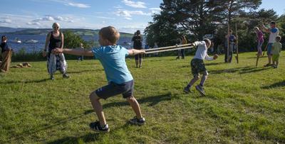 To små gutter drar mot hver sin kant med en tauring (lek fra vikingtiden).