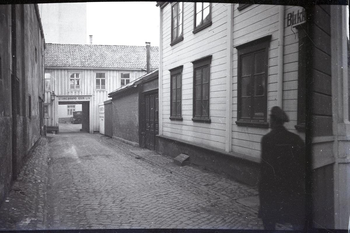 Gatebilde av Sommerveita. Fra sakskonvolutt: Fra Ranet i Sommerveiten natten mellem 5 og 6 desember 1935, hvor overrettssakfører H.J. Bauck, blev slåt bevisstløs og fraranet ur og lommebok.