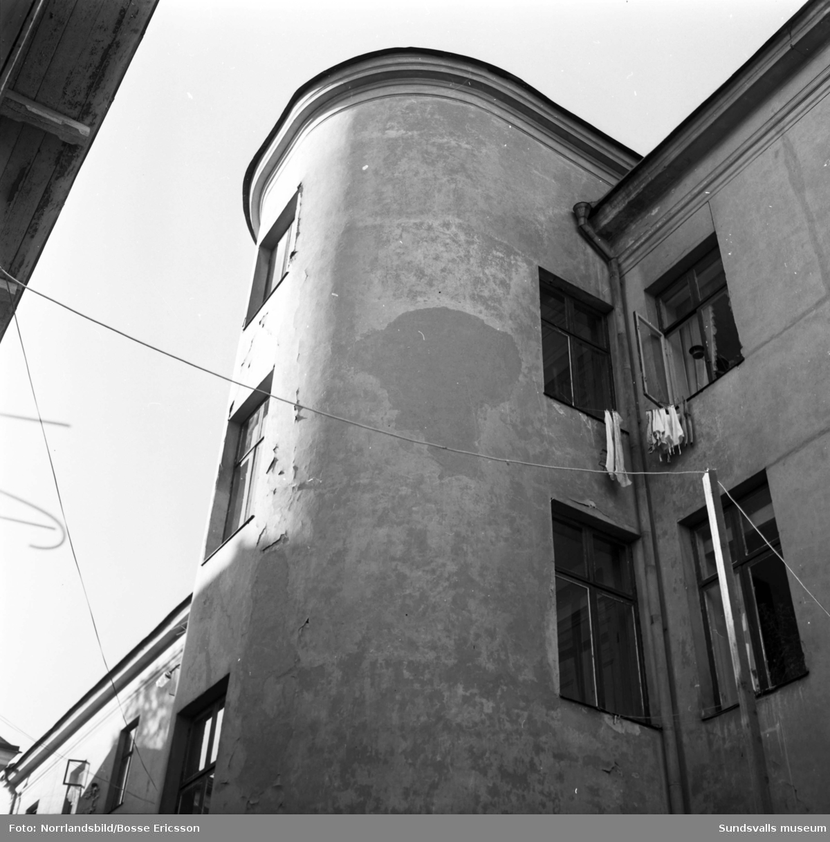 Fastigheten vid Södra Järnvägsgatan 29, exteriörbilder. Rörbolaget och i hörnet mot Thulegatan Sjöléns färgaffär. På granntomten är det nyligen rivet.