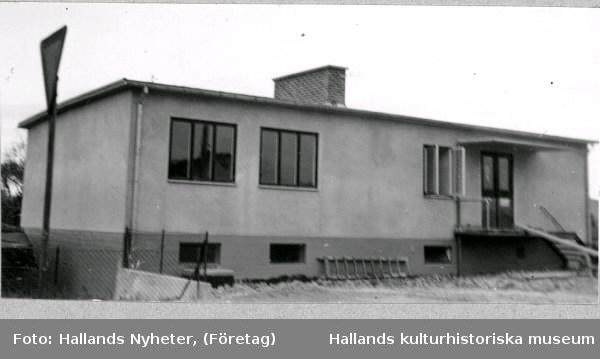 Kooperativas Charkuterifabrik, entréfasaden. Byggnaden har fönsterförsedd källare, en bred tegelskorsten mitt på taketoch 2-3-luftsfönster.  Tillhör samlingen med fotokopior från Hallands Nyheter som är från 1930- 1940-talen.