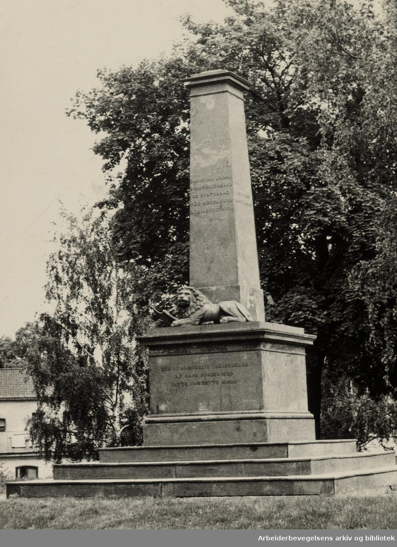 Kroghstøtten, byens første offentlige monument som ble reist til ære for stortingspresident og statsråd Christian Krohg (1777 - 1828). Juli 1961
