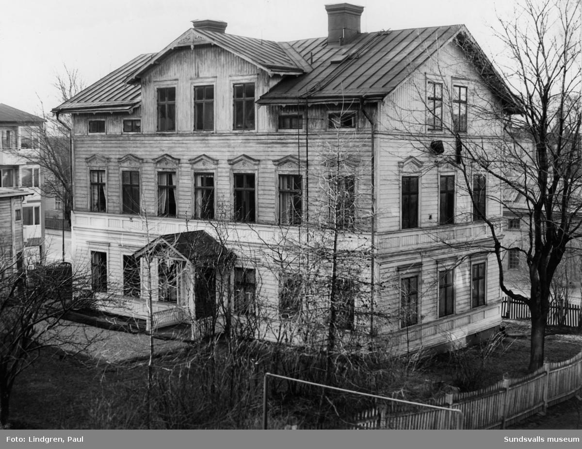 Bergsgatan 3. Den kände byggmästaren C. A. Olsson uppförde denna gård omkring 1890. Han byggde 23 stenhus varav 7 i egen regi samt några trähus. Olsson bodde här tills hans eget stenhus på Storgatan 6-8 blev färdigt 1904 då han flyttade dit.