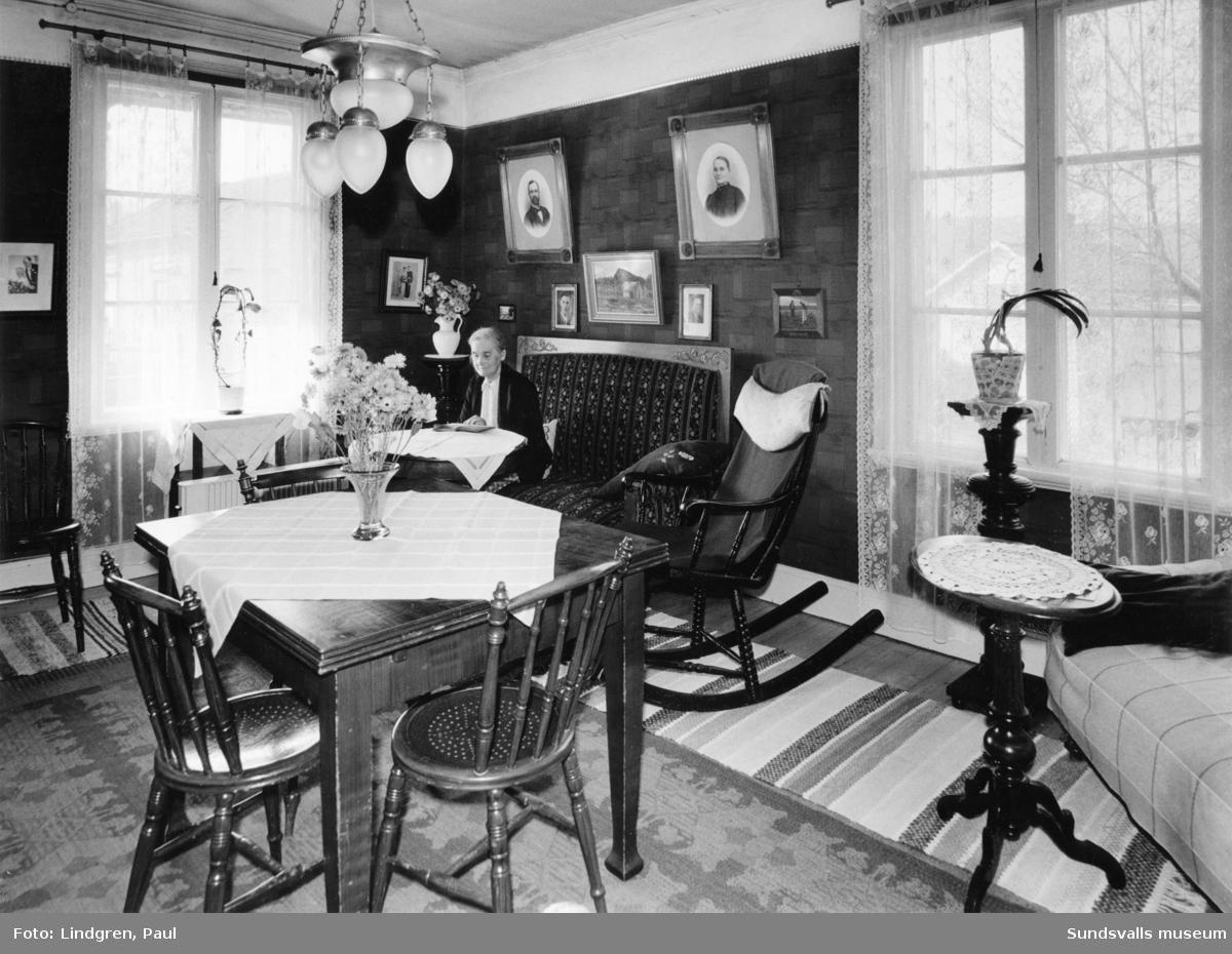 Södermalmsgatan 44. Interiör. Fröken Anna Jonsson. Fadern, Per Johan Jonsson, byggde huset 1884 och gjorde även alla snickerier samt flertalet möbler till huset.