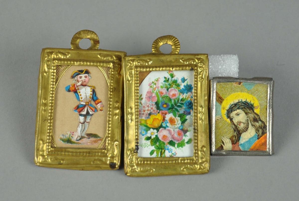 Tre små bilder til dokkehus. To av bildene har gullfarget ramme, én har sølvfarget ramme. Motiv på bilder av blomster, gutt i eldre militæruniform og Jesus med korset. To to bildene med gullfarget ramme har opphengshempe på toppen.