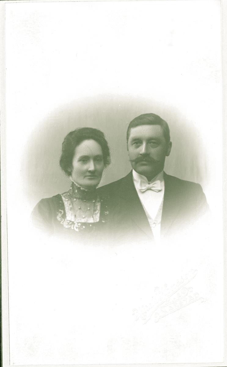 Studioportrett av et par i halvfigur.