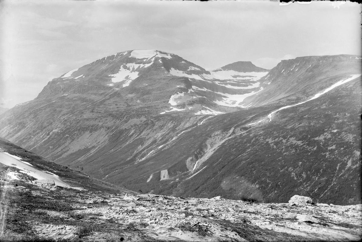 Trollhøtta med sine tre topper sett fra stien over Geithøtta.