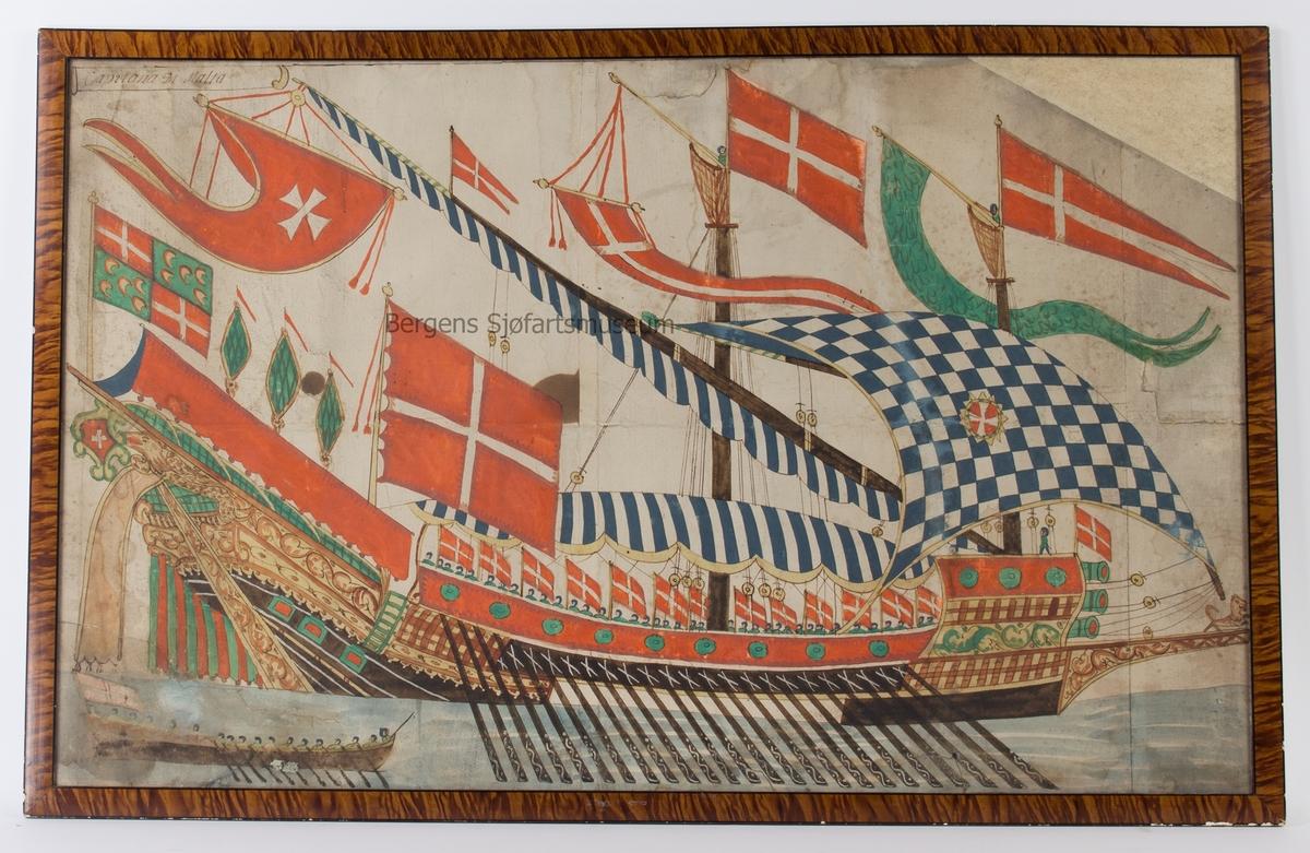 Skipsportrett av den maltesiske galeien CAPITANA DI MALTA. Vimpel i hver mast med det maltesiske kors. Ellers er fartøyet rikt dekorert med maltesiske flagg og med tre kanoner forut.