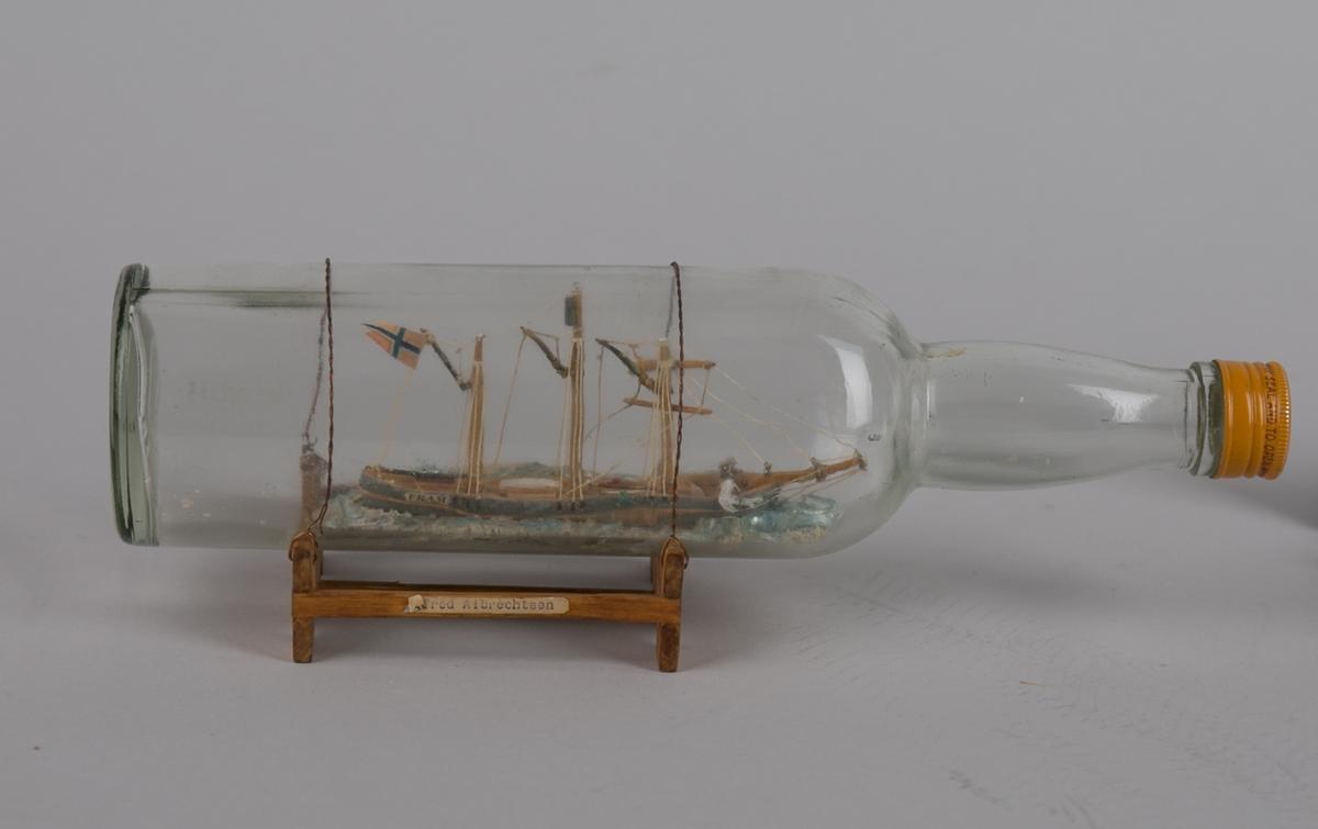 Polarskuten FRAM uten seilføring. Flaske montert i stativ.