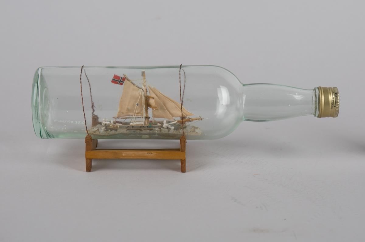Polarskuten GJØA (JØA) uten seilføring. Flaske montert i stativ.