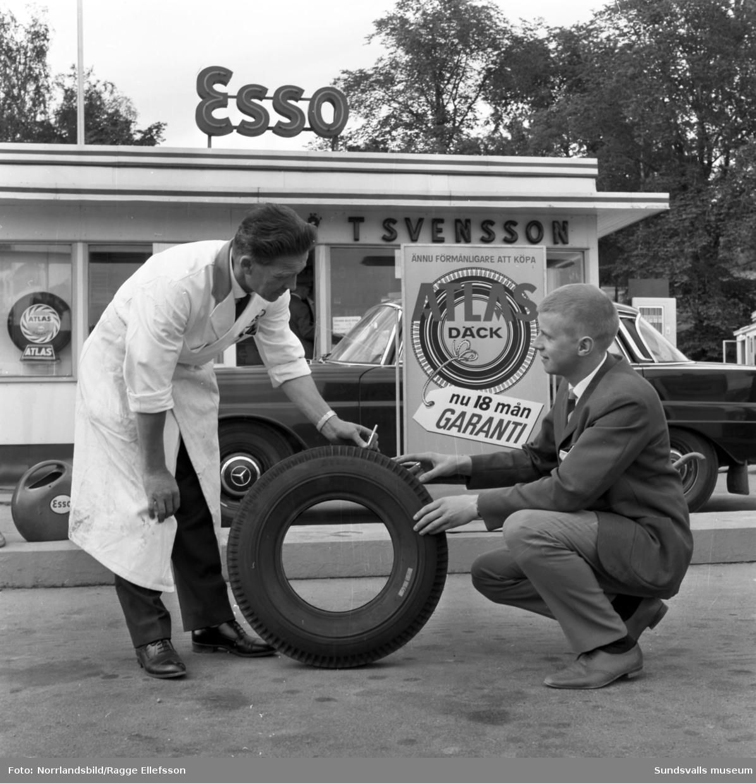 Ture Svenssons Esso-mack på Norrmalm saluför Atlas-däck med 18 månaders garanti.
