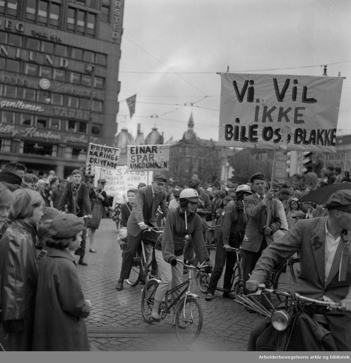 Russetoget. 17. mai 1959. Drammensveien - nå Henrik Ibsens gate. Torstedgården og Victoria terrasse i bakgrunnen.