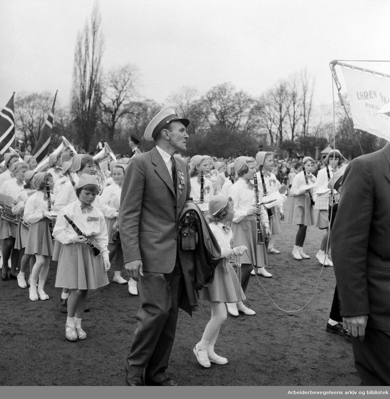 Barnetoget. Løren Skoles Pikekorps. 17. mai 1957.