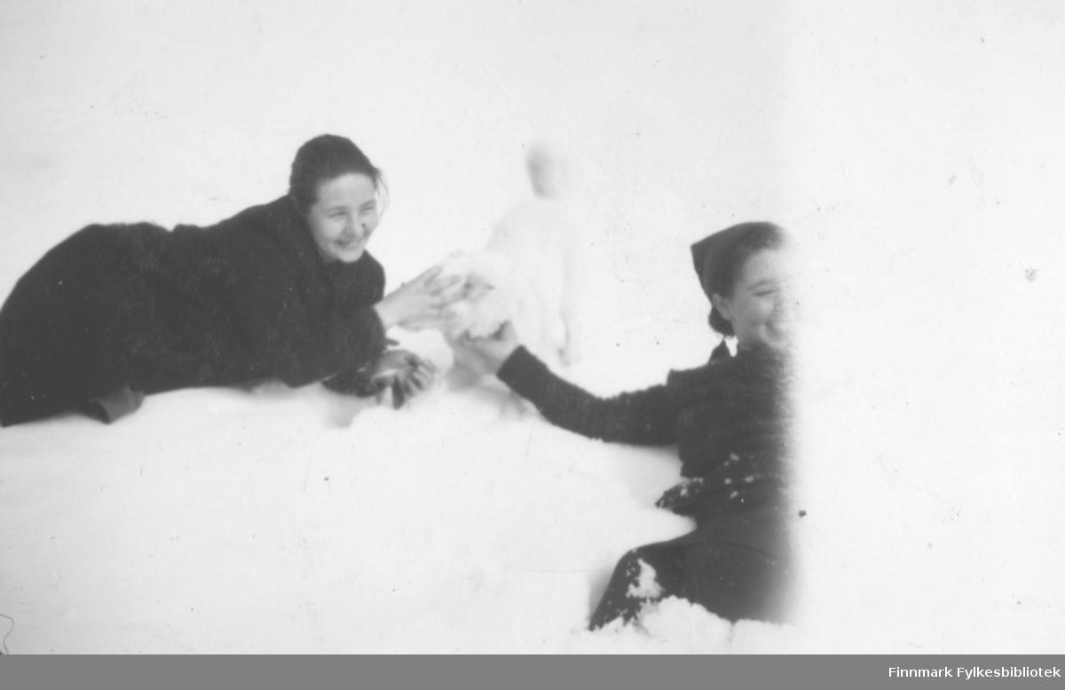 To personer leker i snøen. De er fra venstre: Maila Iversen og Aina Paulsen. Stedet er ukjent, men det kan være i Nesseby kommune.