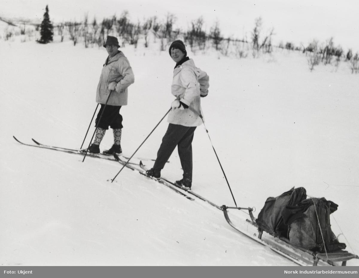 James og Unni Coward på skitur. Unni drar kjelke med bagasje
