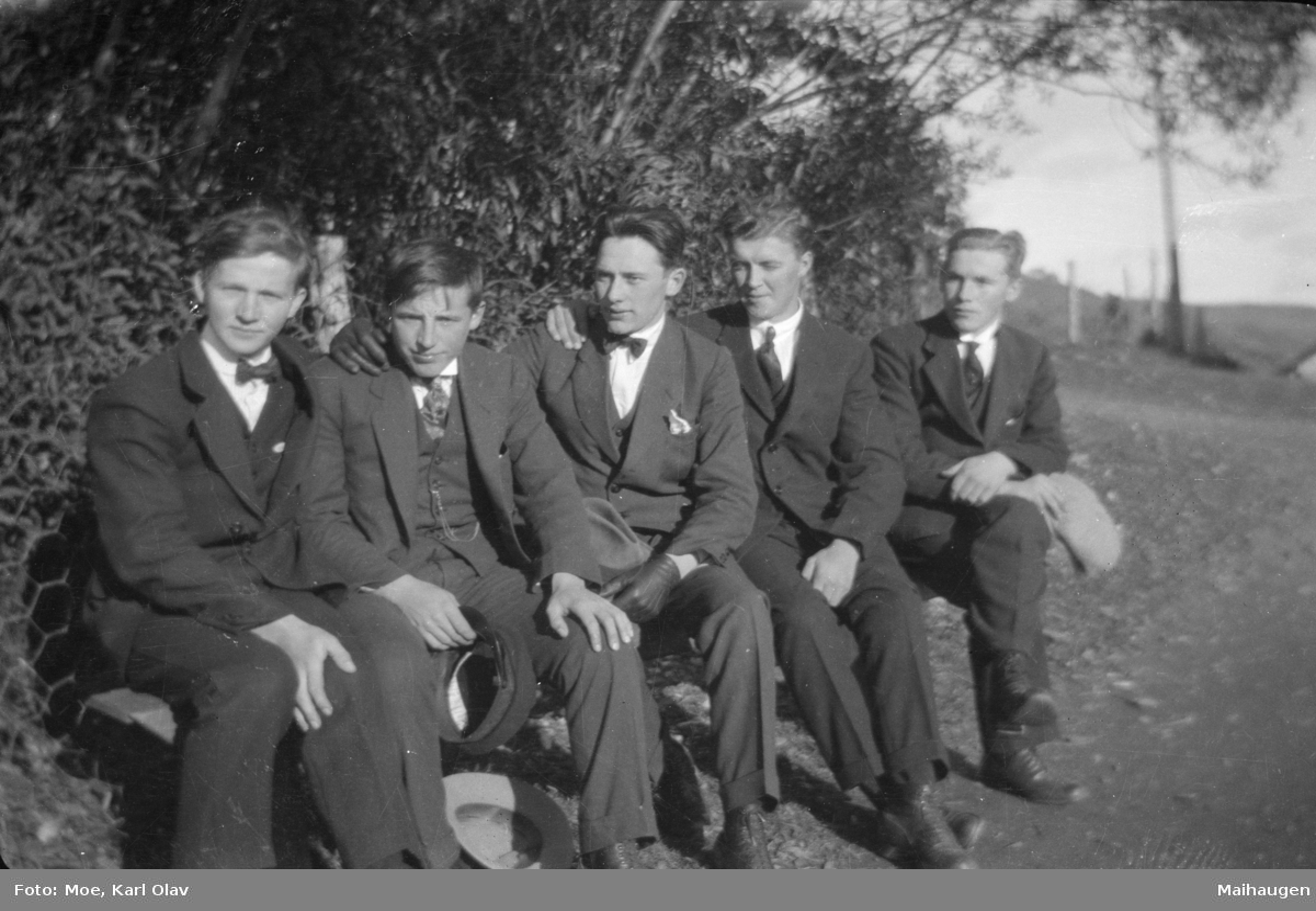 Fem unge menn i dress. Trolig Østre Gausdal