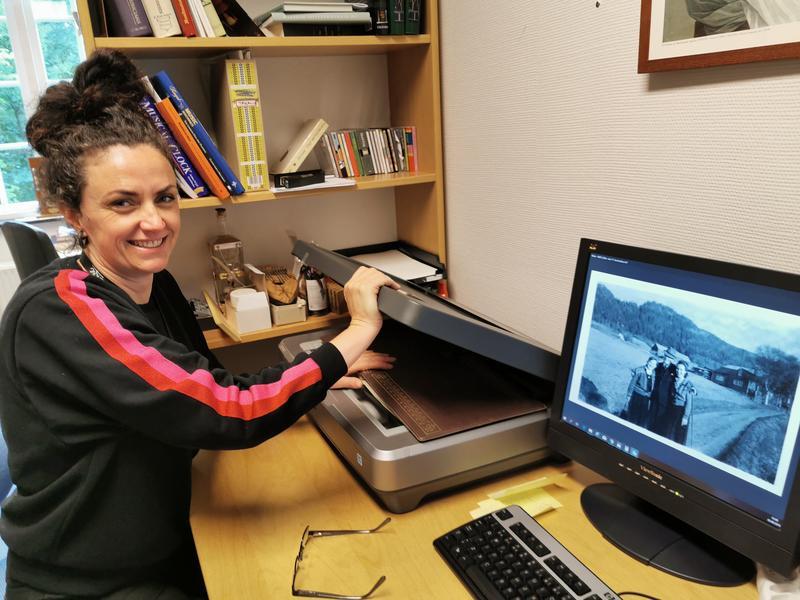 Trine Tøvik har skannet inn bildene i samlingen og registrert arkivet.