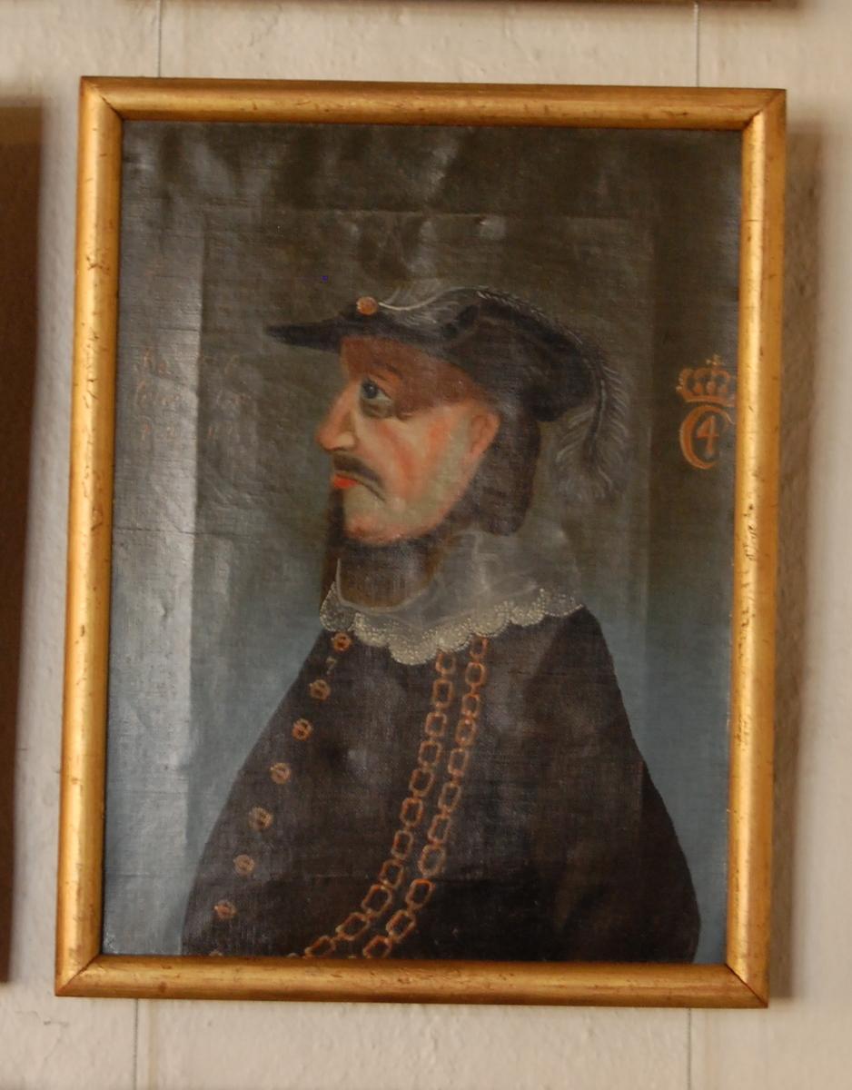 Portrett av Christian IV. Olje på lerret.  Halvfigur, profil mot venstre. Svart drakt med hvit krave, to gullenker i bue fra skulderen ned over magen, hatt med fjær. Forgylt ramme.
