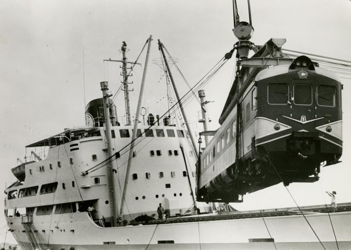 M/S 'Belevelyn' (b.1957)(NV. Scheepswerf De Hoop, Lobith, Nederland), - i Genoa på vei til Cuba med lokomotiver.