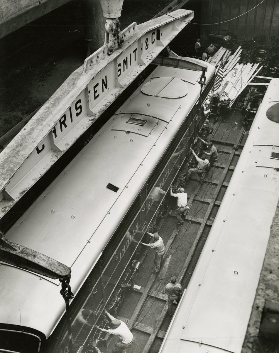 "M/S 'Belkarin' (b.1954)(N.V. Scheepswerf ""De Hoop"", Lobith), - med 20 elektriske lokomotiver på vei til Calcutta."