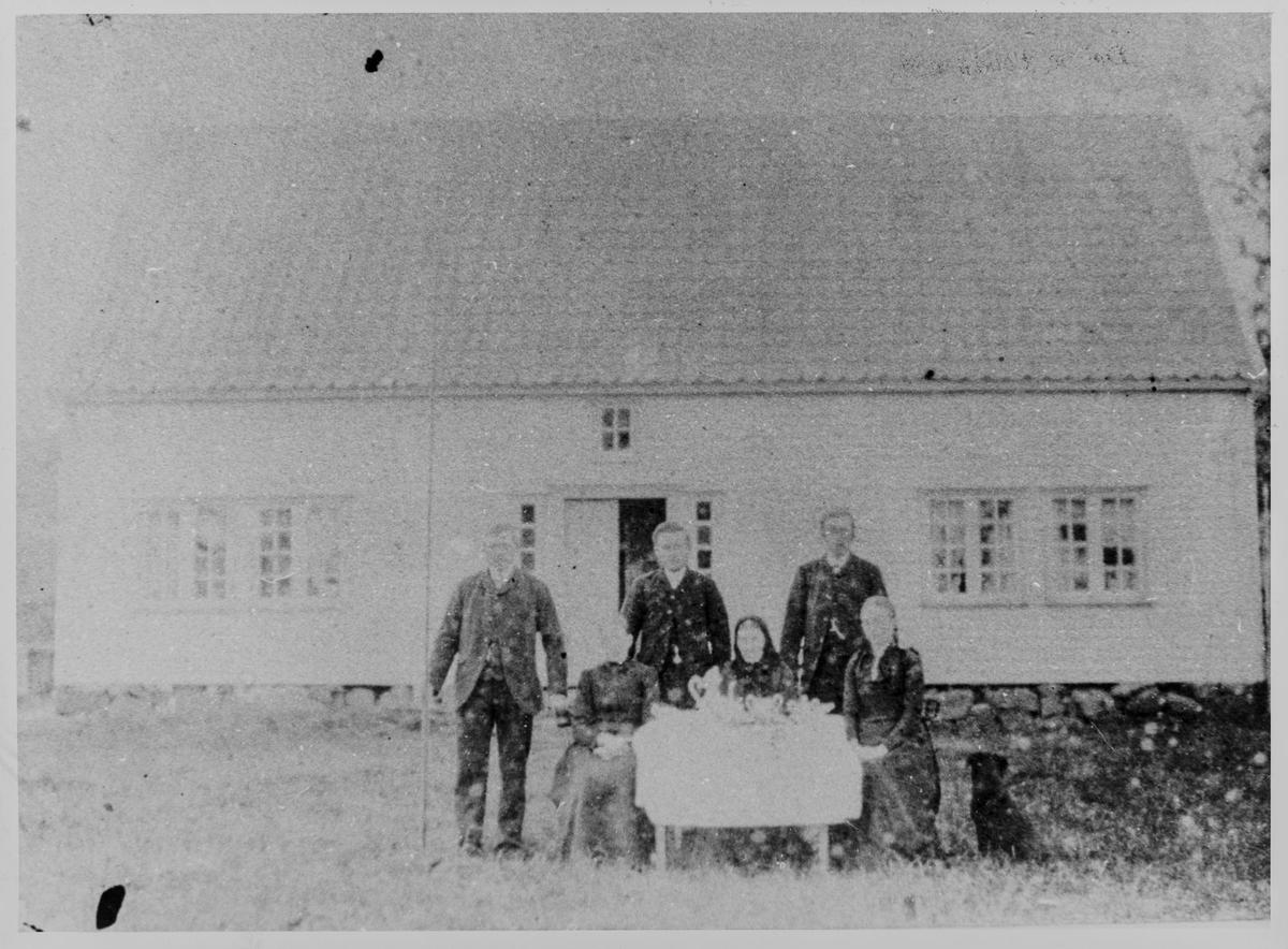 Familie utenfor bolig på Haneberg i Sokndal