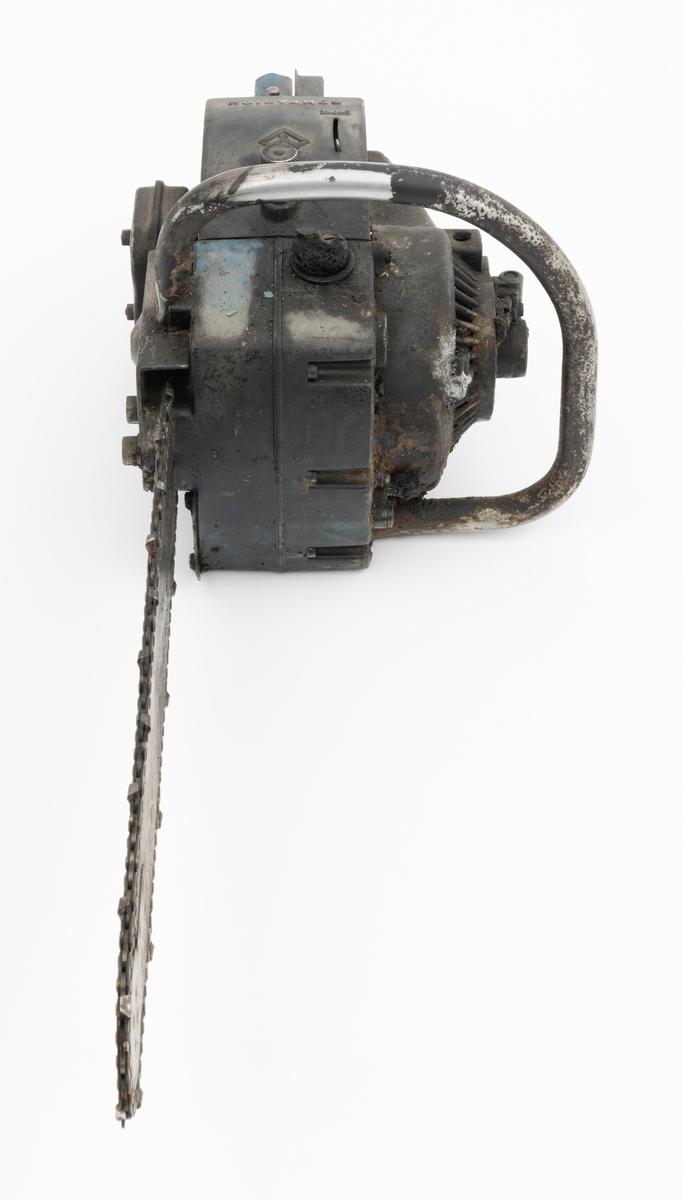 """Motorsag av typen Companion MS 2 med påmontert sverd, sagkjede (skovltannkjede) og barkstøtte. Saga er tilnærmet komplett, men har noen mangler: startsnora mangler og slanger som skal gå fra oljetank til det som registartor antar er en pumpeenhet utenpå starhuset mangler. I tillegg er deler av saga svartbrent.   Motorsaga har totaktsmotor med liggende sylinder der eksospotta / lyddemperen (lydpotta) er plassert på høyre side bak. Tennpluggen gjenfinnes også på høyre side bak.  Sagas komponenter er i hovedsak utført i presstøpt metall (legeringer), lettmetall og aluminium. Olje- og bensinpåfylling er plassert i front av sagkroppen. Starthuset er montert på sagas venstre side. Oppå toppdekselet gjenfinnes sagas stoppknapp (kortslutningsbryter) og chokehendel. Gasshendel og gassperre (halvgassperre) betjenes med tommelfinger ved det bakre håndtaket. Bakre og fremre håndtak er upolstret.  Det er påført et grønt merke på siden av sidedeksel (starthus), venstre side.  For mer detaljert beskrivelse av sagas spesifikasjoner og utforming, vises det til vedlagt brosjyre under fanen: """"Referanser til filer"""".  Her gjengis noen av sagas tekniske spesifikasjoner: (fra vedlagt instruksjonsbok og en medfølgende lapp til saga) Sylindervolum: 78 kubikkcentimeter. Motorens arbeidsmåte: 2-takt, med vendespyling. Vekt: 5,6 kg (tom uten sverd og kjeder), 6,9 kg (tom med 15"""" sverd og kjede)."""