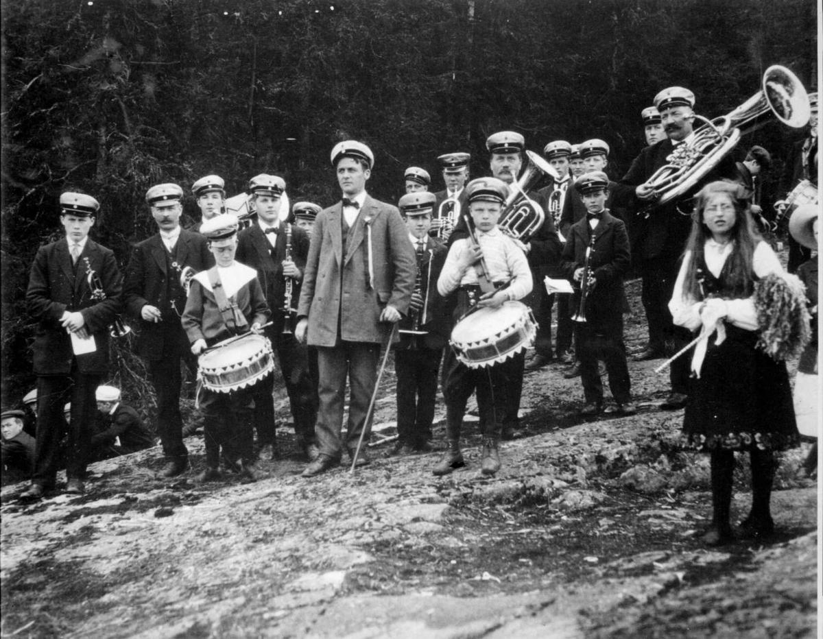 Repro: Musikkorps, eldre og yngre medlemmer.