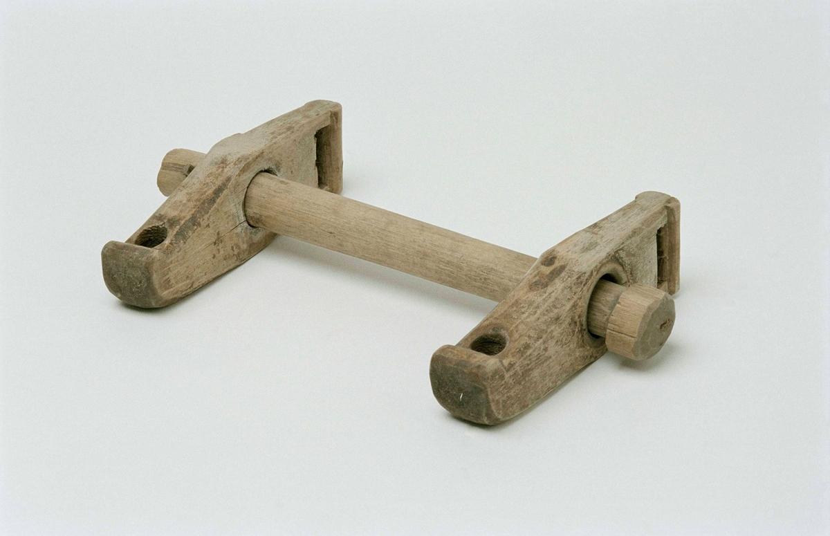 Betsel till häst av björkträ. Rakt bett, runt; i ena änden en kil, i den andra en knopp för att hindra sidostyckena från att glida av bettet. Sidostyckena med ett avlångt hål nedtill och ett runt upptill.