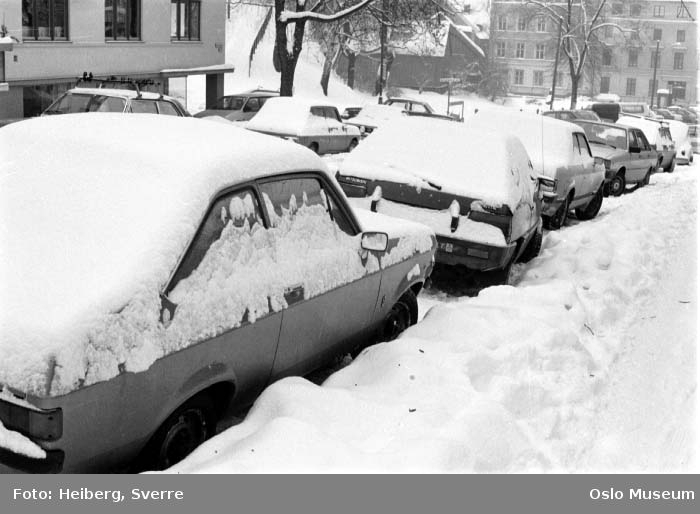 gate, nedsnødde biler, snø, boligblokk, bygårder