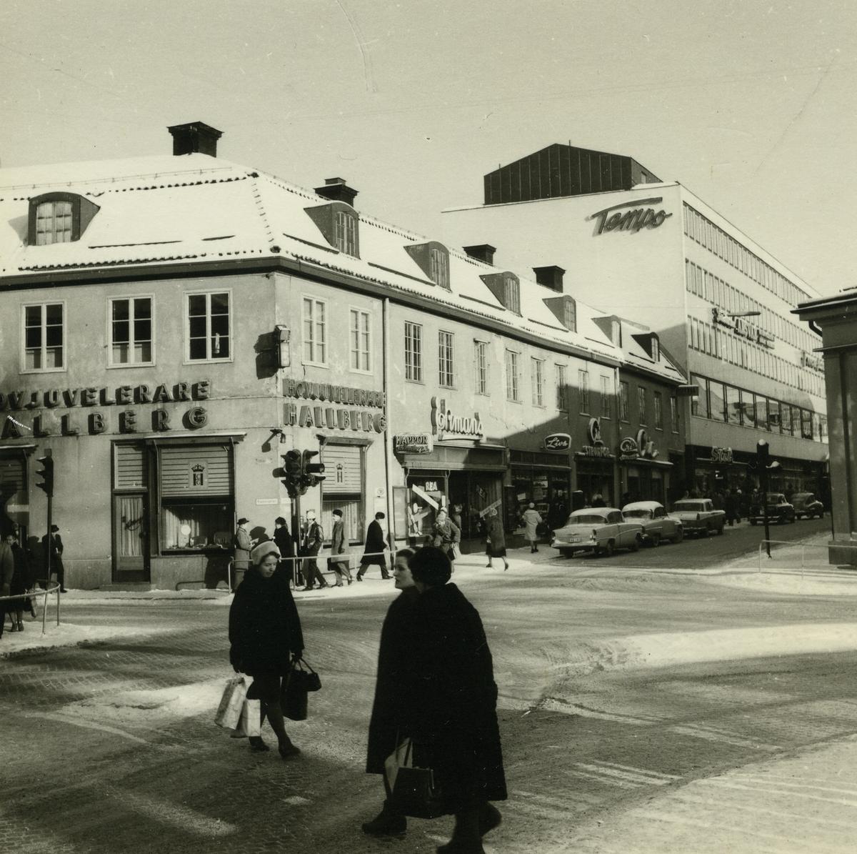 Västerås. Stora gatan mot öster från korsningen Köpmangatan. Hovjuvelerare Hallbergs butik, Tempo m.fl. 1962.