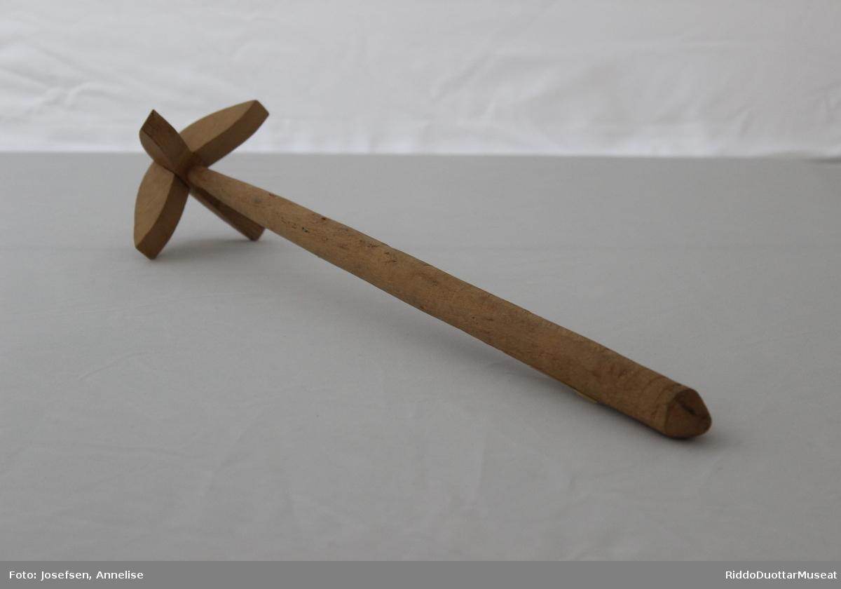 Tvare av tre, brukt til å stampe grøt eller røre i gryte med. Tvare med langt skaft og halvmåneformede trestykker satt sammen i et kryss som vinger i enden.
