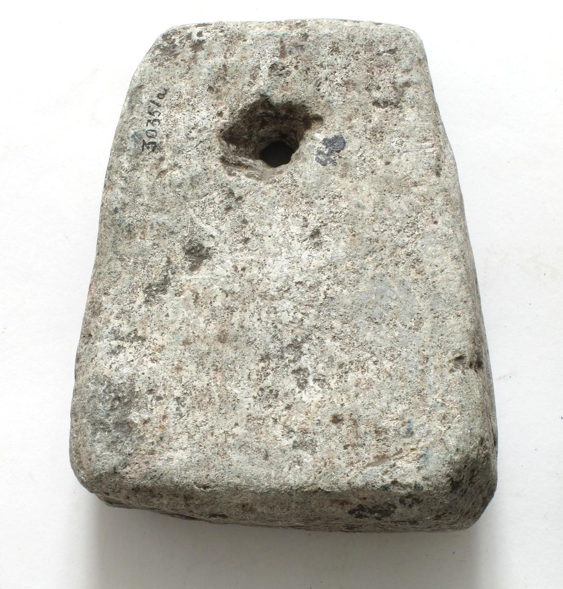 Trapesformet kljåstein av lys grå kleber med trekantet tverrsnitt. Velformet eksemplar.