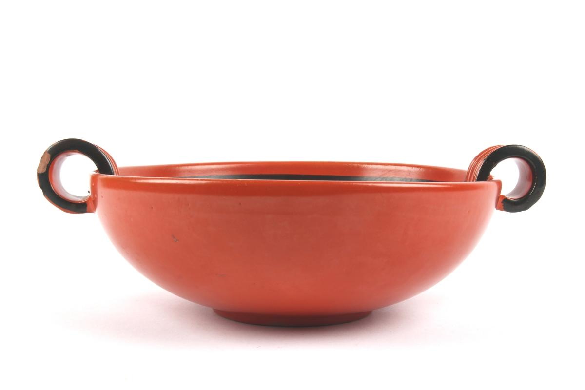 Uranrød skål med svart dekor.