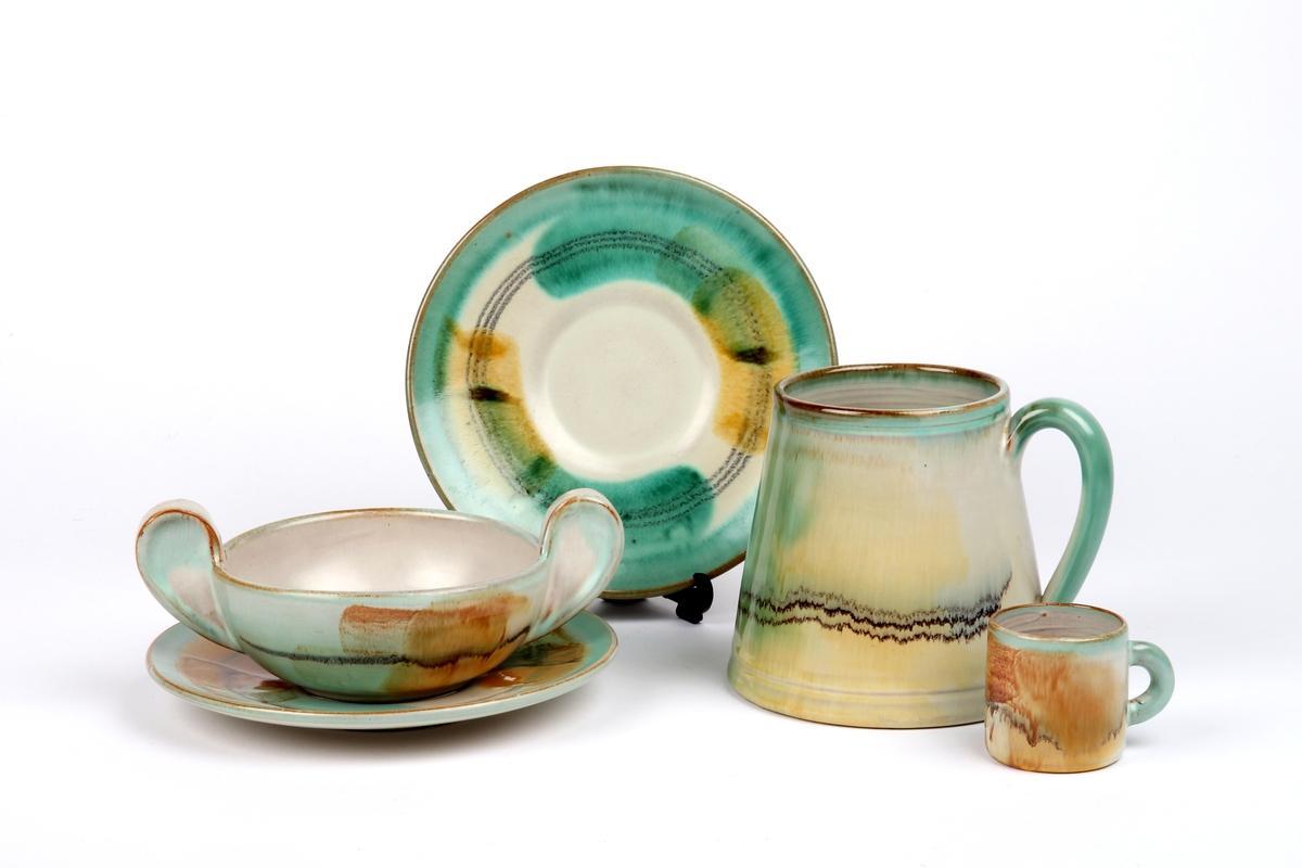 Servise fra Ganns potteri og keramikk bestående av ølglass, snapsglass, suppeskål og underskål.