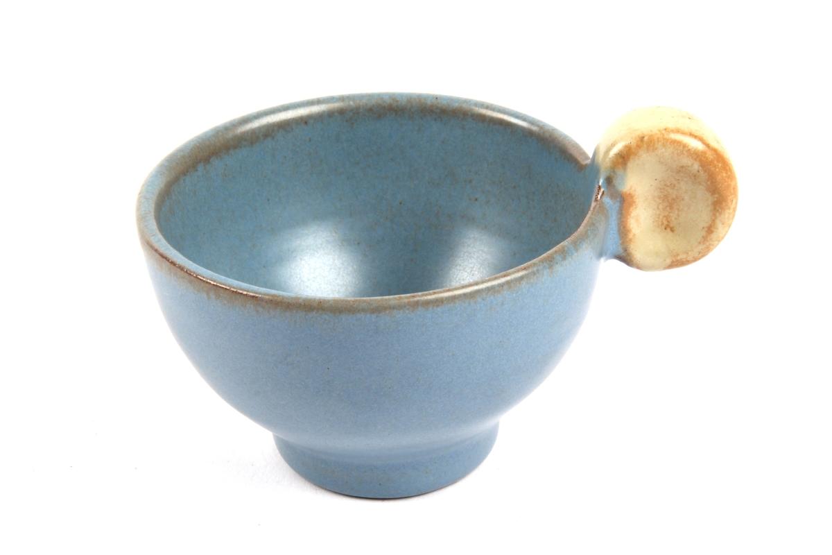 Kopp med blå dekor.