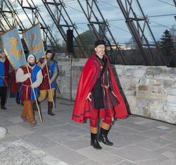 Truid ankommer Hamardomen med sine soldater som bærer faner og våpen.