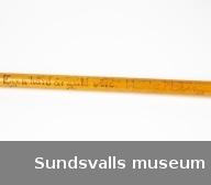 SuM 1898:1-2 två käppar med glödristad dekor och inskriptioner. Järnspets. SuM 1898:1 har inskriptionen 'Minne från Hålland 1905. Lyckan står den djerfve bi.'. SuM 1898:2 'Minne från Hålland. Egen härd är guld värd. Hulda Moberg.'.