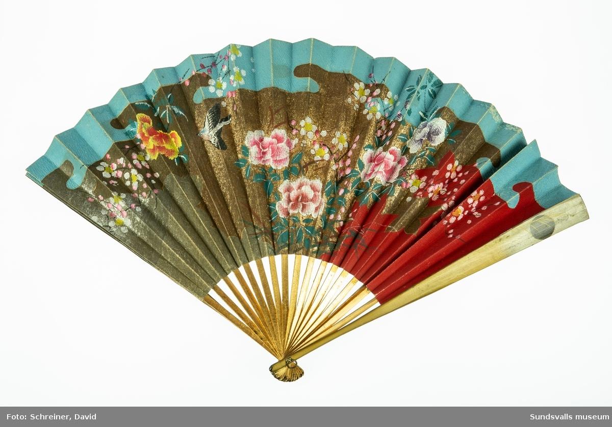 30,5 cm lång och tillverkad i guldmålat trä och målat papper med östasiatiskt motiv i starka färger, guld och silver.