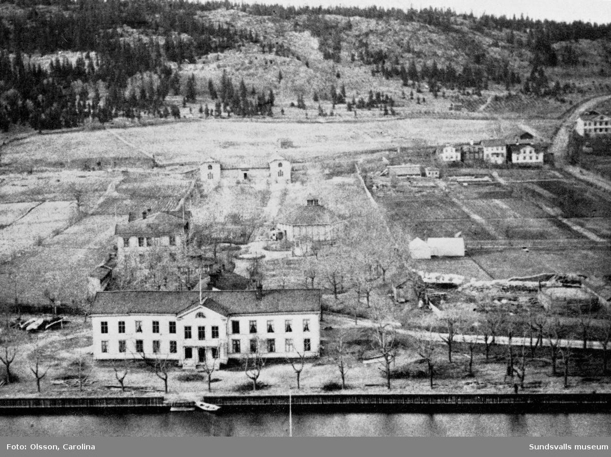 Vattenkuranstalten i förgrunden. Rullans nöjespark, utvärdshus, teater och cirkushus. Bilden är rastrerad.