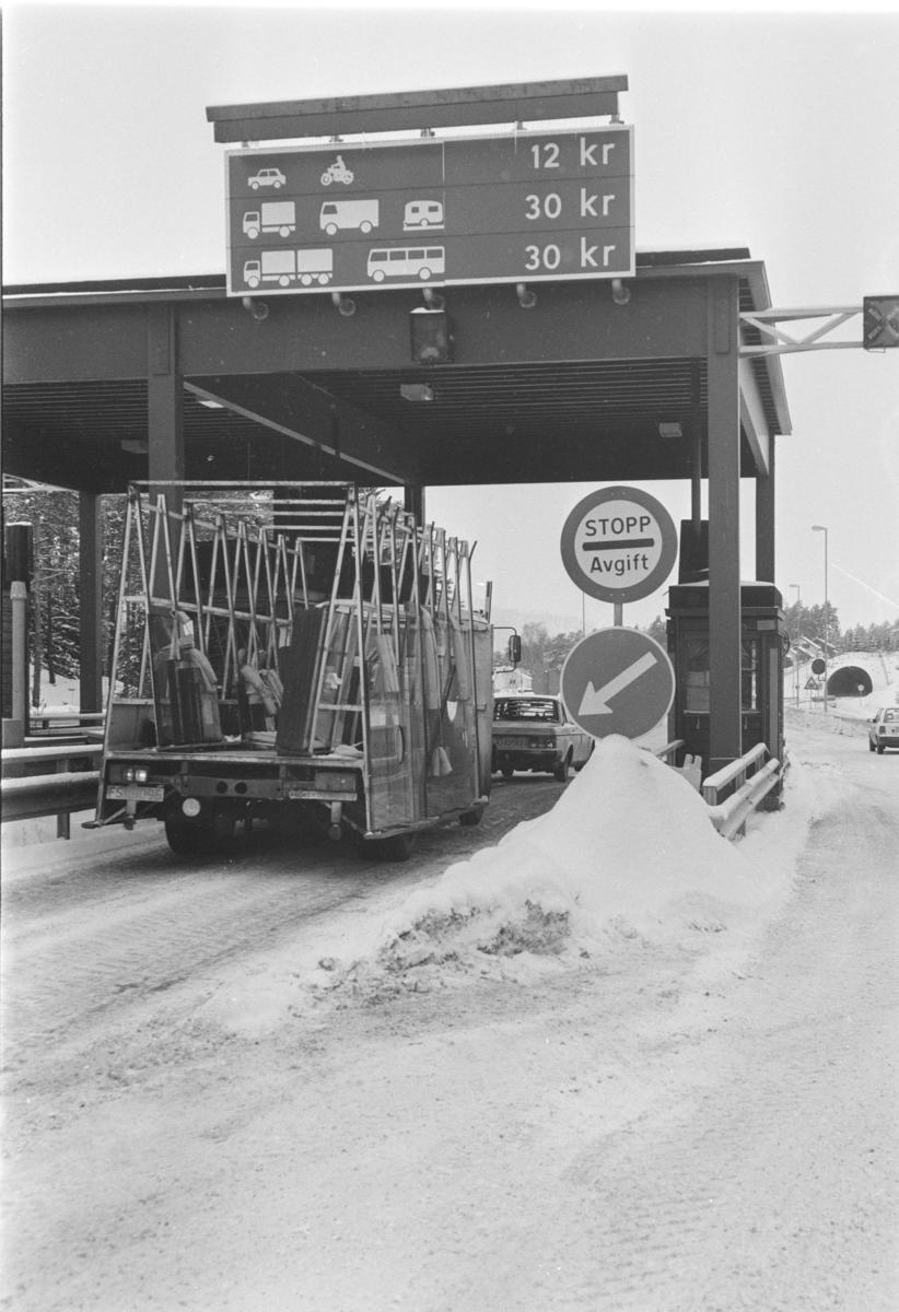 Bomstasjon  E-6, Moelv. Veibom, personbiler, biltrafikk, veiavgift, trafikkskilt,