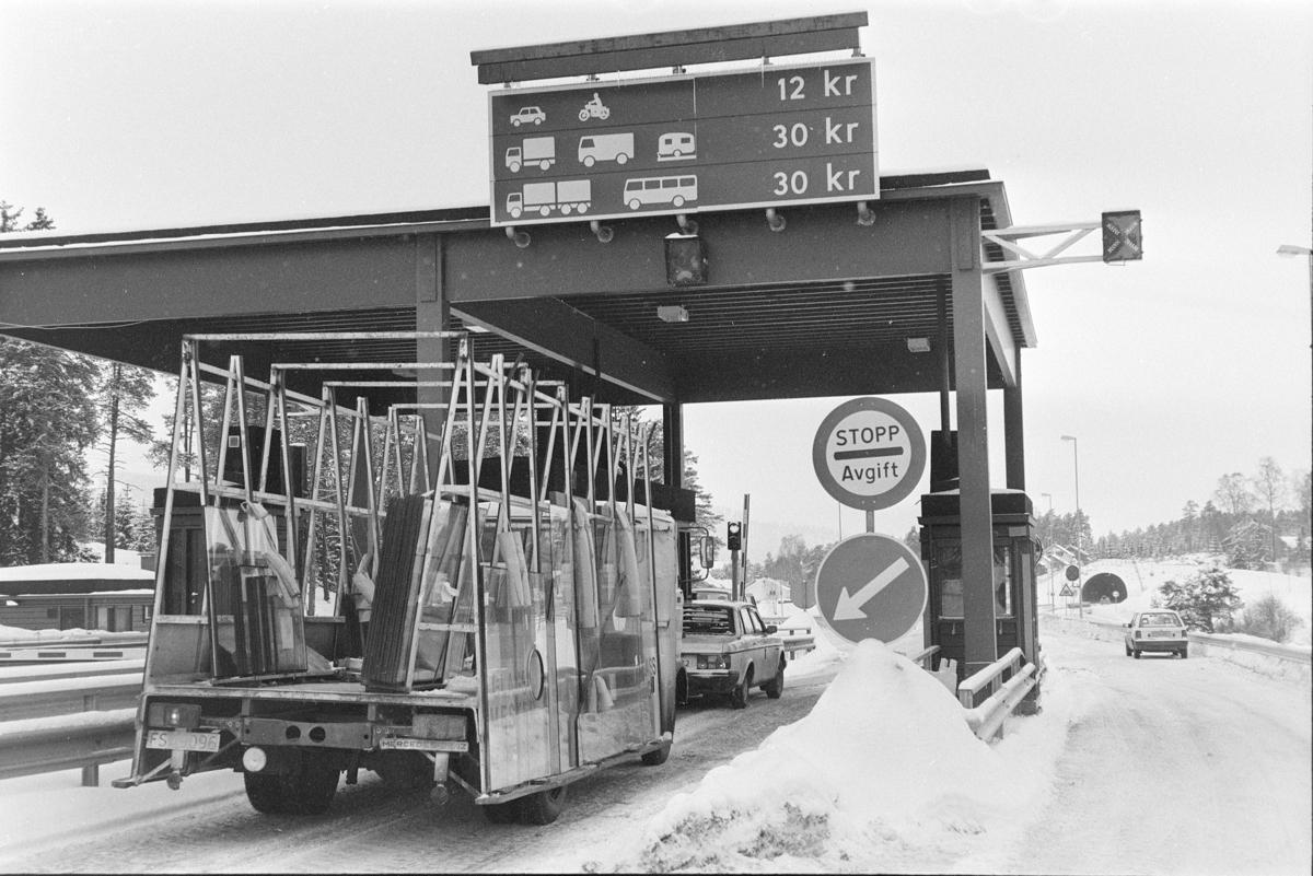 Bomstasjon  E-6, Moelv. Veibom, lastebil, biltrafikk, veiavgift, trafikkskilt,