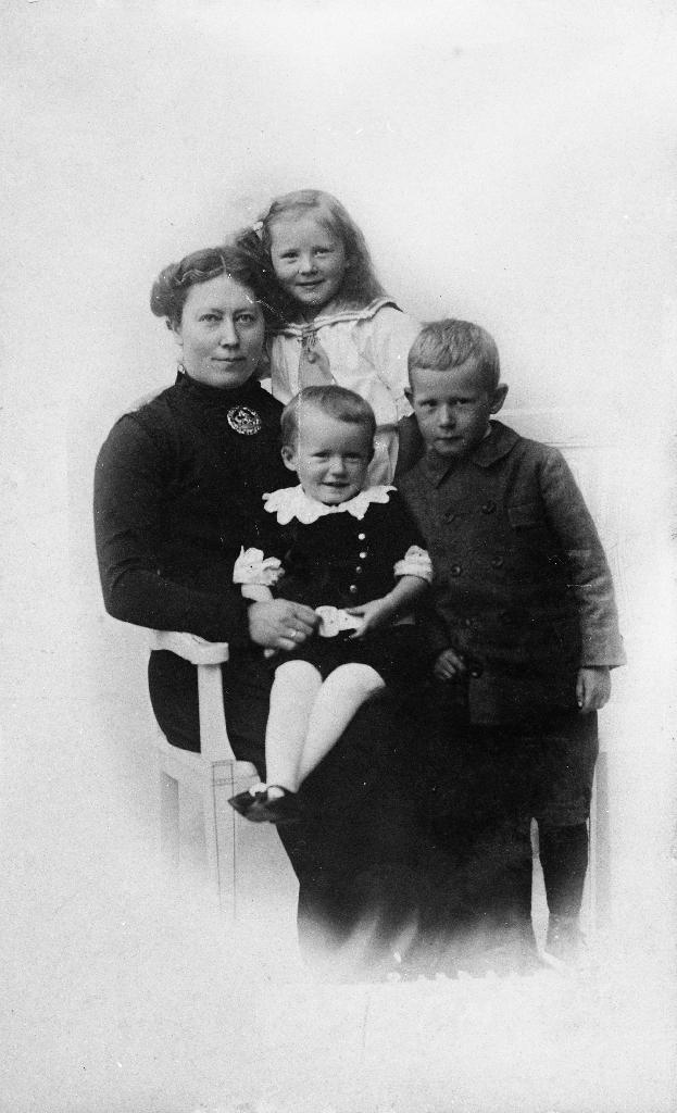 Grete Aasland med 3 born, Stoffer Aasland, Marta Aasland og Lars Aasland