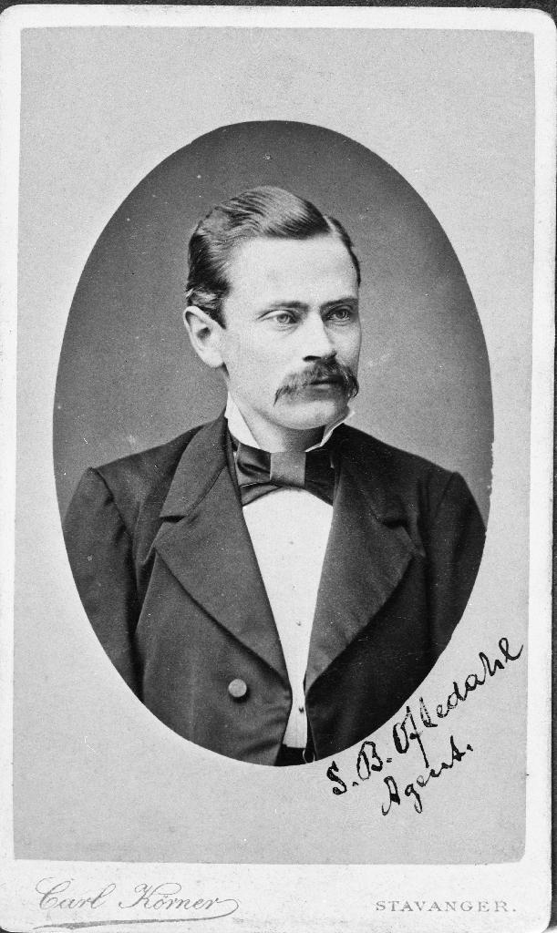 Agent S. B. Oftedal. I folketeljinga for Stavanger for 1885 står han oppført som handelsborger Søren Berg Oftedahl (1850 - ). Han var son til Dorthea Christine Oftedahl, Kirkegaden 27.