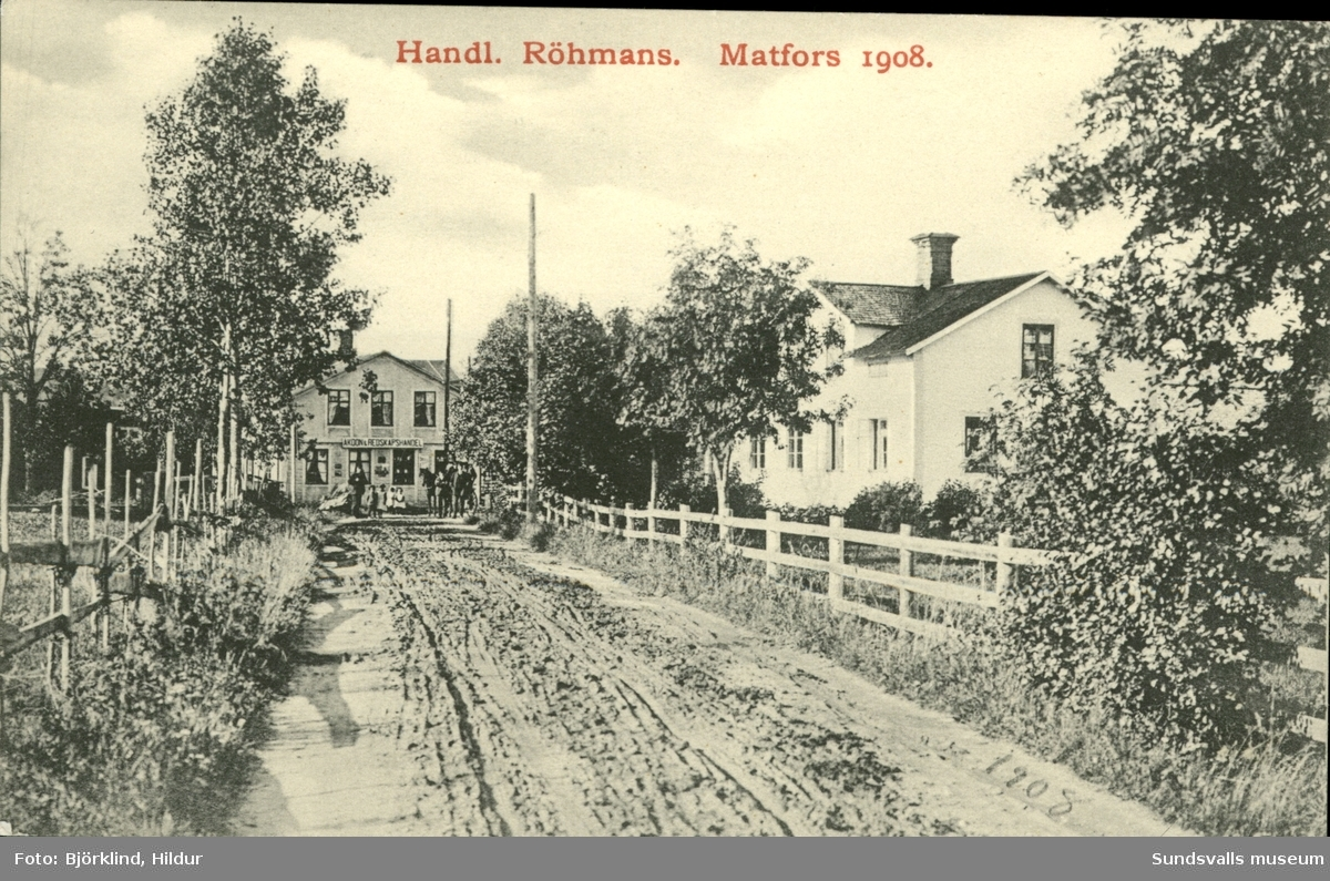 Vykort med motiv över Handlare Röhmans åkdon- och redskapshandel i Matfors.
