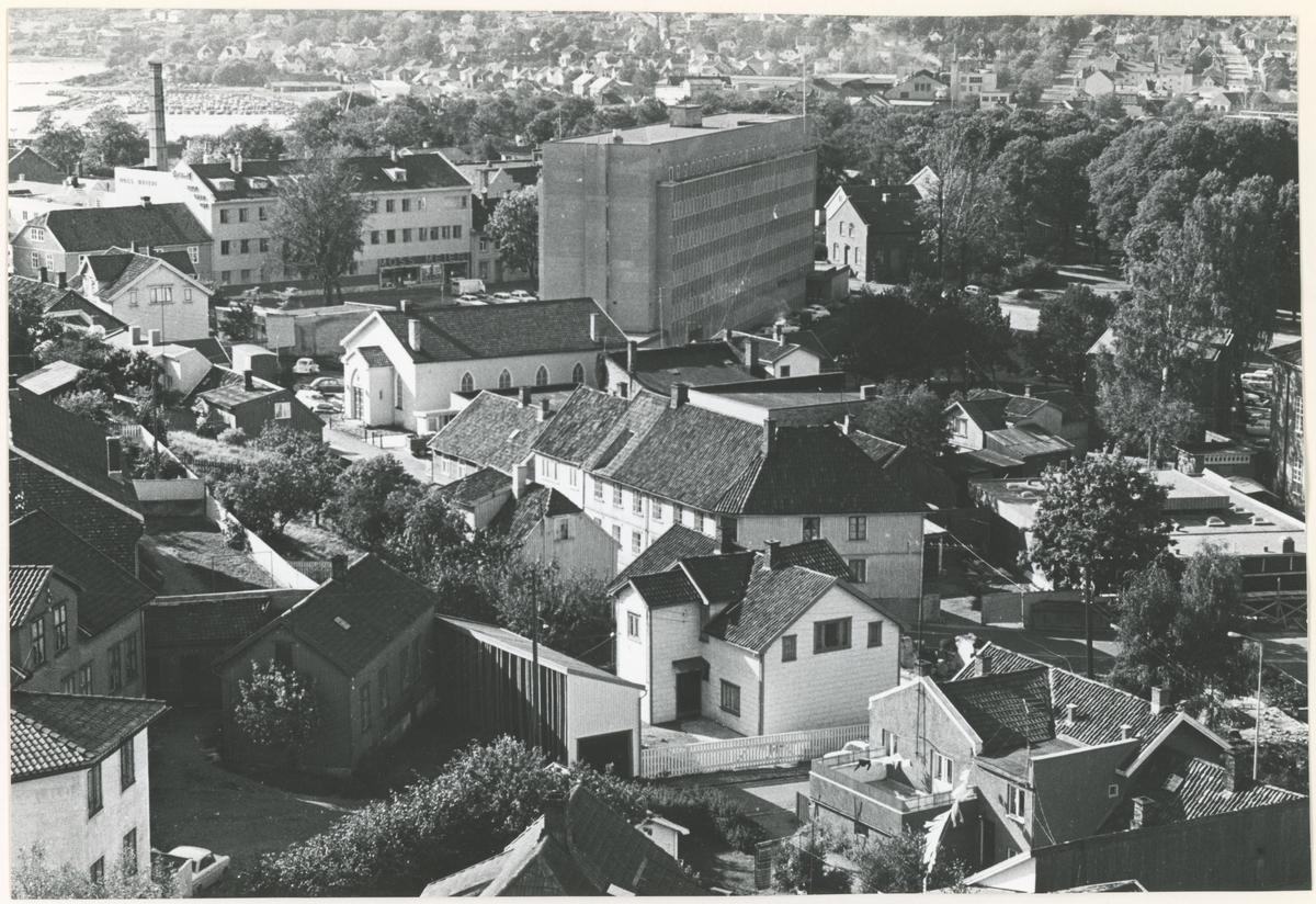 Utsikt. Fotograf har stått i høyblokka. Detaljer:Moss Aktiemeieri, Moss Rådhus, Metodistkirken, Skoggata.