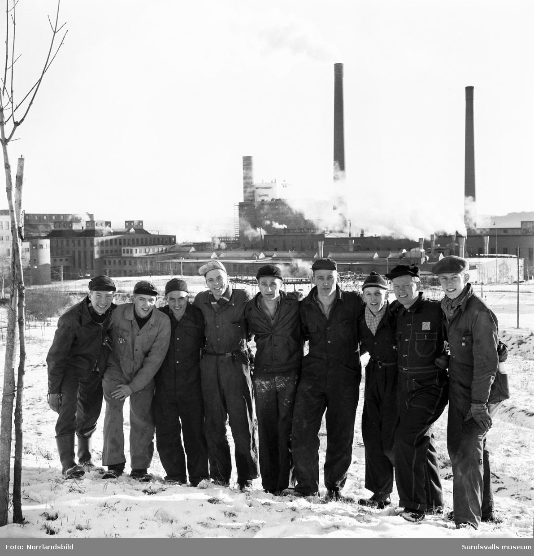 Nio stycken av Wifsta-Östrands (senare Timrå IK) hockeyspelare som också jobbade på fabriken. Gruppfoto.