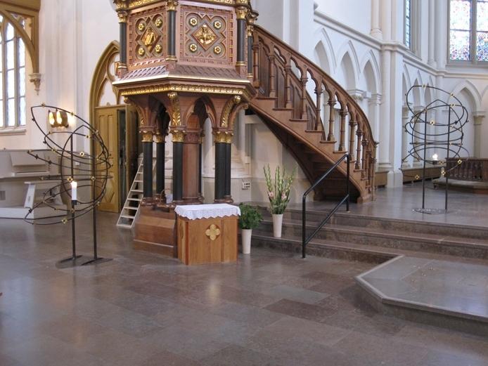 Interiör från Sofiakyrkan i Jönköping stad. På bilden syns kyrkans två nya ljusbärare.