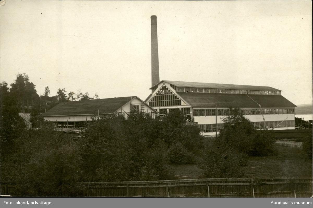 Vykort med motiv över sågverket vid Karlsvik på Alnö.
