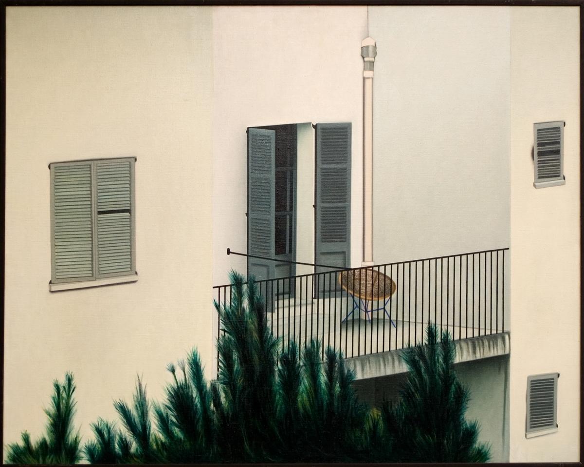 Oljemålning på duk, Lars Karlmark: Balkong eller Spansk balkong, 1972. En nyrealistisk bild av en husvägg med jalusifönster och en balkong med svart smidesräcke. Målningens perspektiv är medvetet onaturligt: Sammanfallande linjer har här gjorts parallella. Titeln Spansk balkong är angiven i katalogen till utställningen Svensk konst 1973 som visades på Gävle museum dec. 1973 - jan 1974. Sign. på dukens baksida.