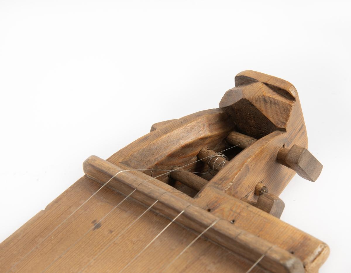 Langeleiken er av Sør-Valdres/Vest-Oppland-typen med stillarhus i begge endar, 7 strenger, av desse tre avkorta, 13 notar, haldar på kvinten.   Langeleiken er laga av eitt stykke tre. Tre streker og halvsirklar gjennombrote i loket utgjer lydhol. Stillarhusa har ein kort. avfasa avslutning.